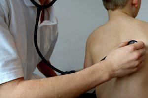 Criança com bronquite em consulta