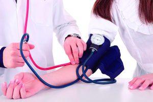 pessoa com hipertensão medindo valores no médico
