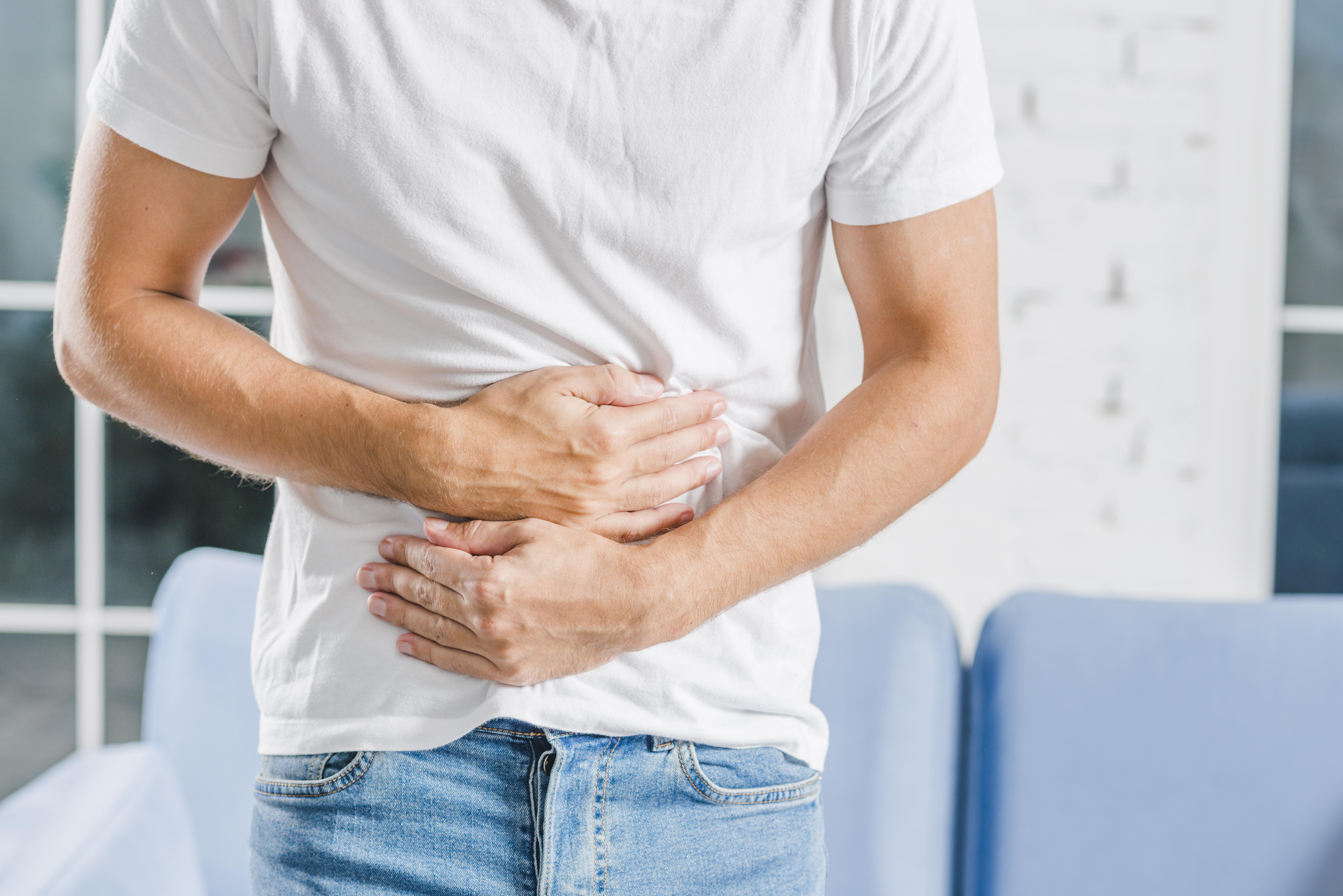 Homem com dor devido pedra nos rins