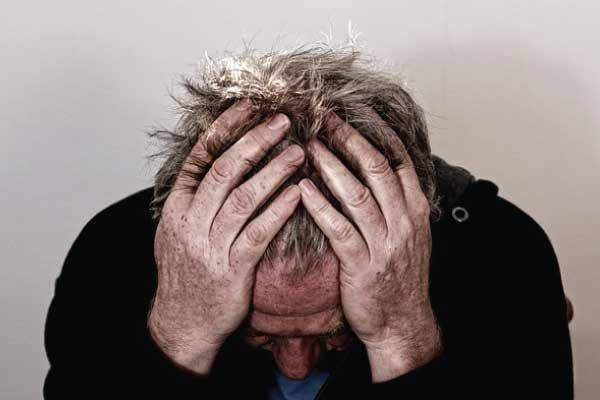 Pessoa com a mão na cabeça demonstrando desespero