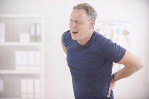 homem com dor devido hérnia de disco