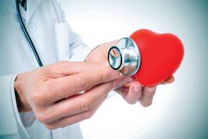 Medico verificando o batimento cardiaco com estetoscópio