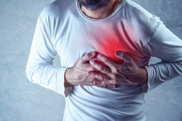 Pessoa com a mão no peito tendo um infarto