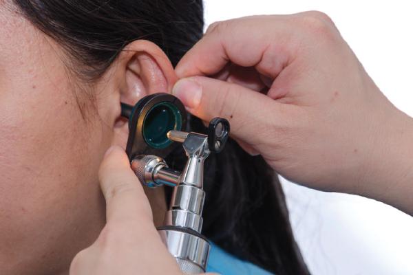 Otorrino olhando a orelha da paciente