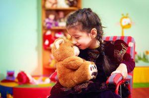 criança com paralisia devido poliomielite