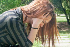 mulher com crise de esquizofrenia