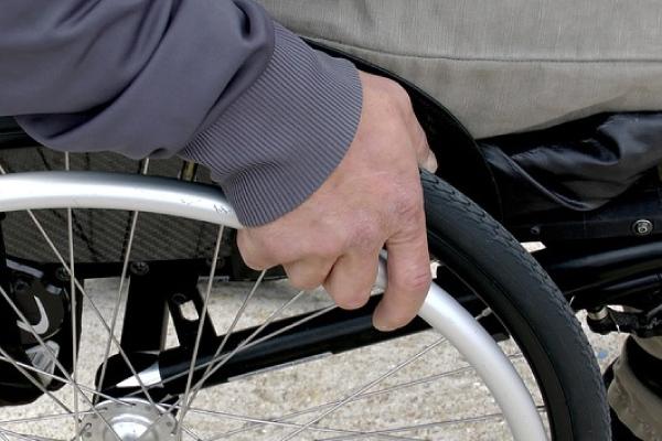 homem em cadeira de rodas por conta de esclerose múltipla