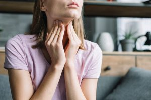 mulher com hipertireoidismo