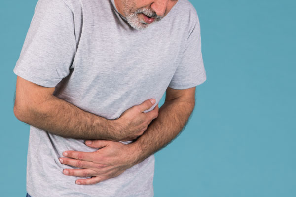 homem com síndrome do intestino irritável